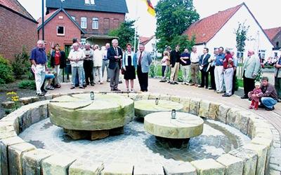 Ein Brunnen zieht auf dem neuen Dorfplatz in Leese die Blicke an. Sonnabend wurde der neugebaute Platz eingeweiht. Foto: Hildebrandt